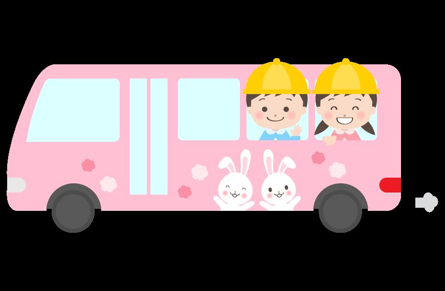 幼稚園バスに楽しく乗っている幼稚園児のイラスト